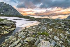 Lago e cloudscape alpini high altitude al tramonto Fotografia Stock