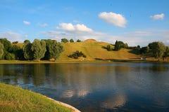 Lago e collina Immagini Stock