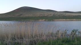 Lago e collina ad estate Fotografia Stock