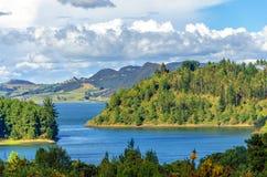 Lago e colline verdi fertili Fotografia Stock