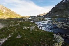 Lago e corrente alpini high altitude al tramonto Fotografia Stock