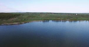Lago e costa do lago Vista de acima Água e montes bonitos filme