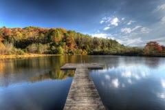 Lago e doca na montanha de Azul-Ridge Foto de Stock