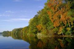 Lago e foresta all'autunno Immagini Stock Libere da Diritti