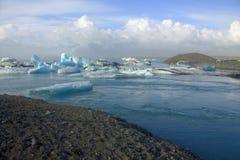 Lago e ghiaccio del ghiacciaio di Jokulsarlon sul fiume Fotografie Stock Libere da Diritti