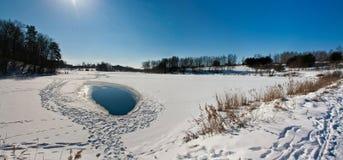 Lago e ghiaccio-foro winter Immagini Stock