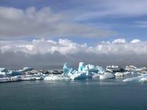 Lago e icefloat del ghiacciaio di Jokulsarlon sul fiume Immagini Stock Libere da Diritti