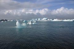 Lago e icefloat del ghiacciaio di Jokulsarlon sul fiume Fotografie Stock Libere da Diritti