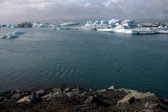 Lago e icefloat del ghiacciaio di Jokulsarlon sul fiume Immagine Stock Libera da Diritti