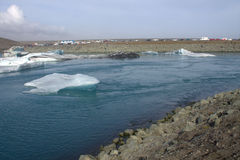Lago e icefloat del ghiacciaio di Jokulsarlon sul fiume Fotografia Stock