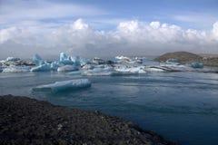 Lago e icefloat del ghiacciaio di Jokulsarlon sul fiume Fotografia Stock Libera da Diritti
