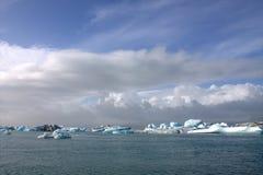 Lago e icefloat del ghiacciaio di Jokulsarlon sul fiume Immagine Stock