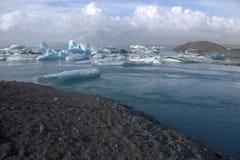 Lago e icefloat del ghiacciaio di Jokulsarlon sul fiume Immagini Stock
