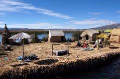 Lago e islas flotantes - Perú Titicaca fotos de archivo libres de regalías