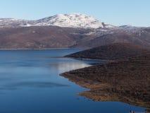 Lago e la montagna immagini stock