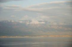 Lago e montagna con le nuvole che camminano su  Fotografia Stock