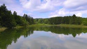 Lago e montagna verde-cupo delle pietre blu della foresta, Karandila, Sliven, Bulgaria stock footage