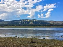 Lago e montagne immagine stock