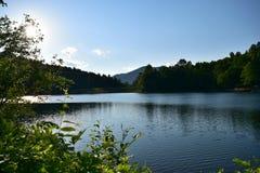 Lago e montagne fotografia stock