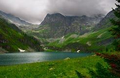 Lago e montagne. immagine stock