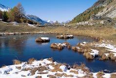 Lago e montagne in alpi francesi Immagini Stock