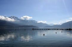 Lago e montagne annecy Fotografia Stock