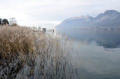 Lago e montagne annecy Immagine Stock