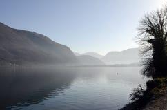 Lago e montagne annecy Fotografie Stock Libere da Diritti