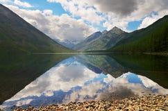 Lago e montagne blu. fotografie stock libere da diritti