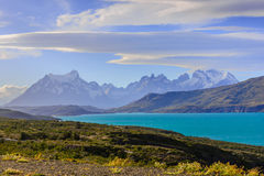 Lago e montagne blu Immagine Stock