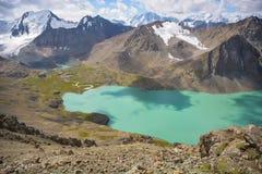Lago e montagne del kul dell'ala Immagini Stock