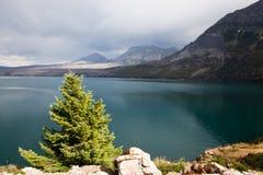 Lago e montagne dopo la tempesta fotografia stock libera da diritti