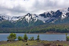 Lago e montagne innevate Fotografie Stock Libere da Diritti