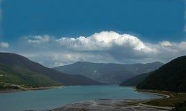 Lago e montagne maestose fotografia stock libera da diritti
