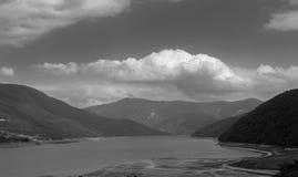 Lago e montagne maestose immagini stock libere da diritti
