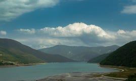Lago e montagne maestose fotografie stock libere da diritti