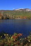 Lago e montagne nella caduta fotografia stock libera da diritti