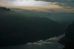 Lago e montagne nella mattina lunatica Fotografia Stock Libera da Diritti