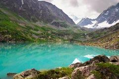 Lago e montagne turquoise. immagine stock libera da diritti