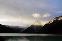 Lago e montanha com nascer do sol Fotografia de Stock Royalty Free