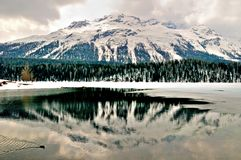 Lago e montanha winter fotos de stock royalty free