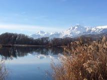 Lago e montanhas imagem de stock