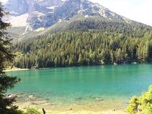 Lago e montanhas bonitos foto de stock