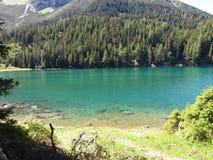 Lago e montanhas bonitos fotografia de stock