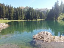 Lago e montanhas bonitos imagem de stock royalty free