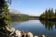 Lago e montanhas elevadas de Tatras Fotos de Stock Royalty Free
