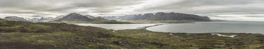 Lago e montanhas Miklavatn em Tröllaskagi, Islândia - Panorami imagens de stock