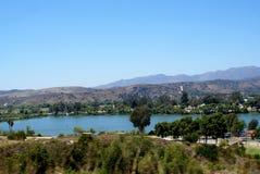 Lago e montanhas oceanside Foto de Stock Royalty Free