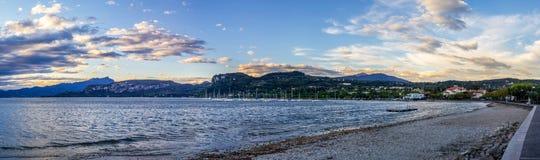 Lago e montanhas resort no panorama de Itália Fotografia de Stock