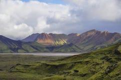 Lago e montanhas vulcânicas musgo-cobertas Landmannalaugar Icela Foto de Stock Royalty Free